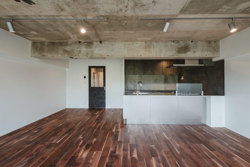重厚さのある天井とぬくもりのあるフローリングとのコントラスト