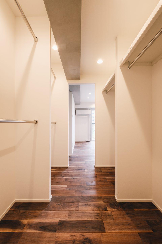 寝室へ通じるウォークスルークローゼットは明るく