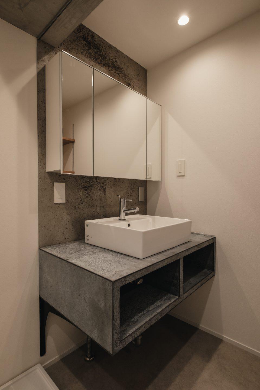 石の雰囲気にこだわった独立洗面台はアドヴァンコンクリエイトを使用